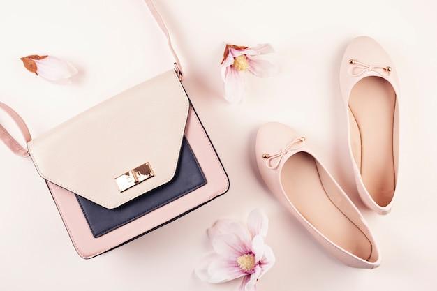 Naakt gekleurde ballerina schoenen en magnolia bloemen.