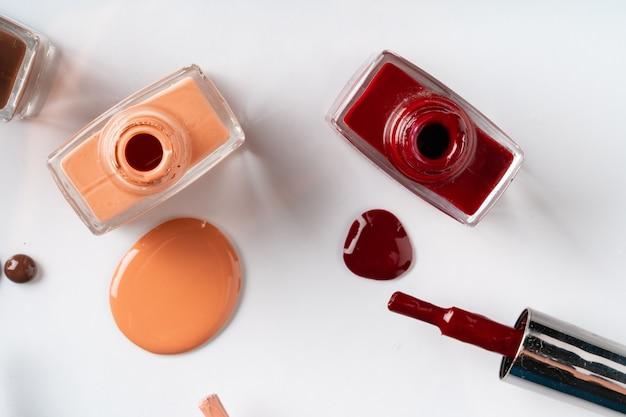 Naakt kleuren nagellak gemorst over witte tafel