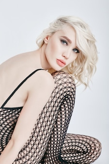 Naakt sexy blonde vrouw in lingerie romper