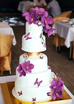 Naakte cake. huwelijks rustieke cake met bloemen.