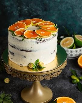Naakte cake met stukjes sinaasappel bovenop