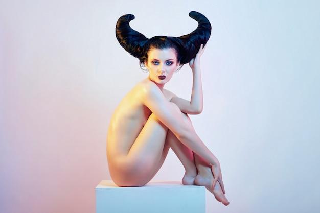 Naakte kunstvrouw met haar in de vorm van hoorns