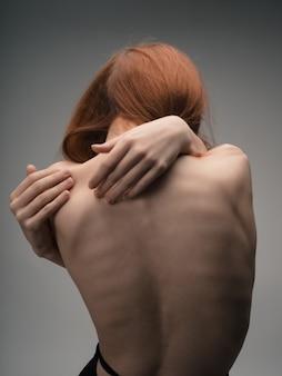 Naakte rug vrouwen rood haar poseren studio