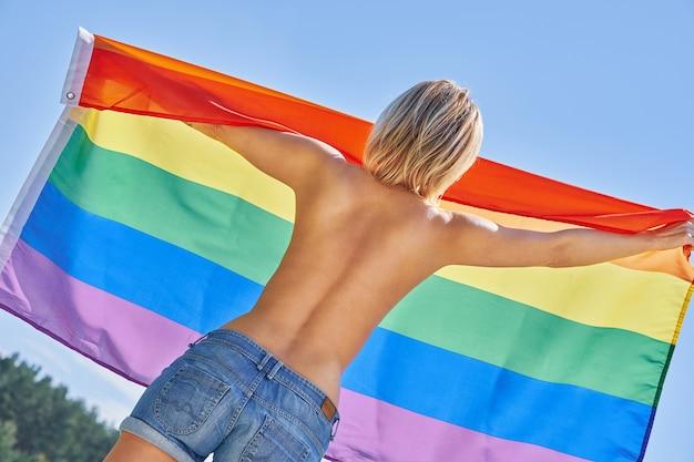 Naakte vrouw die lgbt-vlag draagt. hoge kwaliteit foto