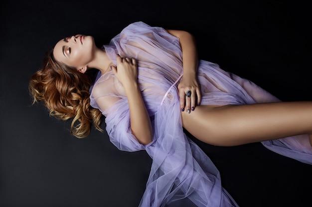 Naakte vrouw kunst in lila licht transparante jurk