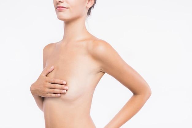 Naakte vrouw met hand op de borst