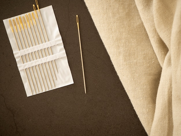 Naald en natuurlijke linnen textuur achtergrond