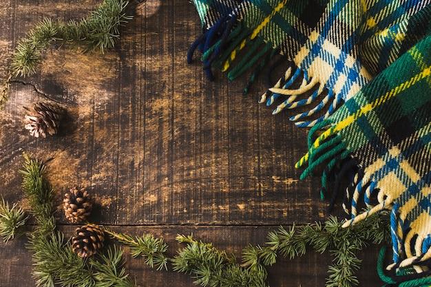 Naaldboomkegels en takken dichtbij deken
