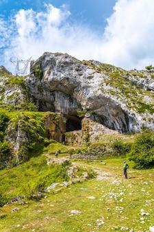 Naar de grot van san adrian gaan. mount aizkorri 1523 meter, de hoogste in guipuzcoa. baskenland. klim door san adrian en keer terug door de oltza-velden