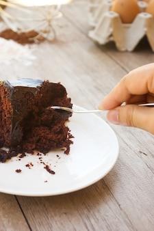Naar huis gemaakte chocoladecake met chocoladesaus op witte plaat