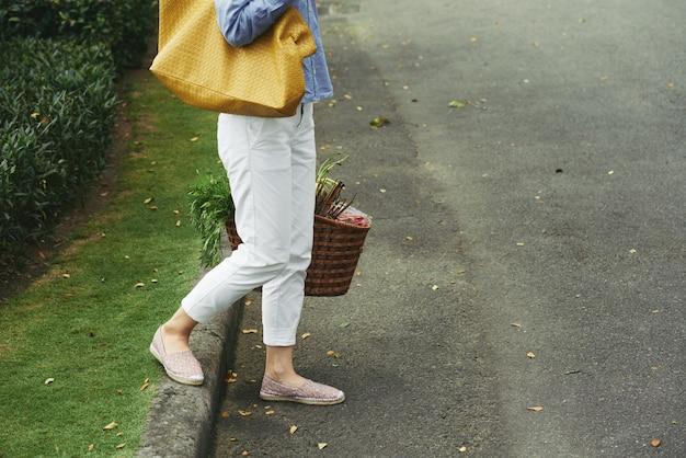 Naar huis lopen na het winkelen