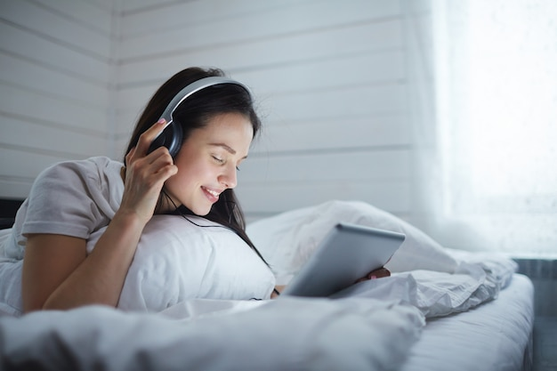 Naar muziek aan het luisteren