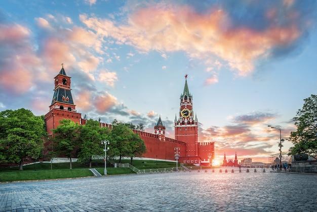 Nabatnaya, tsarskaya en spasskaya torens van het kremlin van moskou