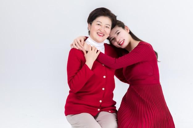 Nabijheid van moeder en dochter op wit wordt geïsoleerd