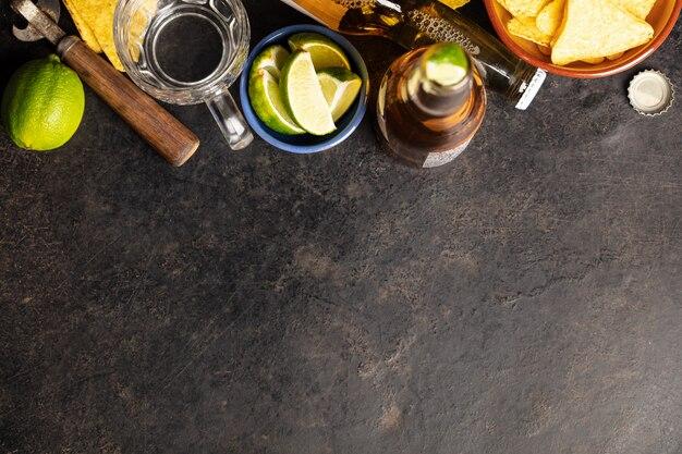 Nacho's en bier op een donkere achtergrond, plat lag