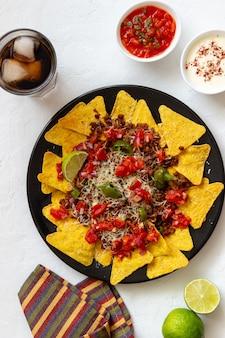 Nacho's van maïschips met vlees, kaas, tomaten en paprika. mexicaans eten. nationale keuken.