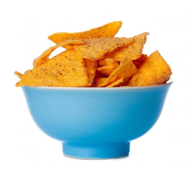 Nachos-chips sluiten omhoog op wit