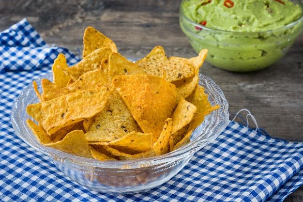 Nachos en guacamole avocado, traditionele mexicaanse snack.