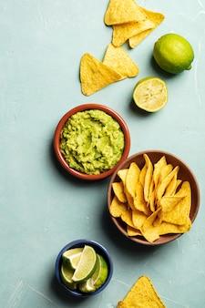 Nachos en verse zelfgemaakte guacamole op blauwe achtergrond