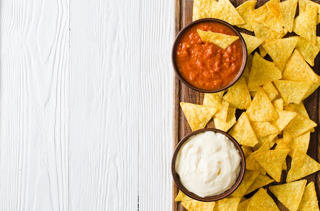 Nachos mais chips met pittige tomaat en kaassausen.