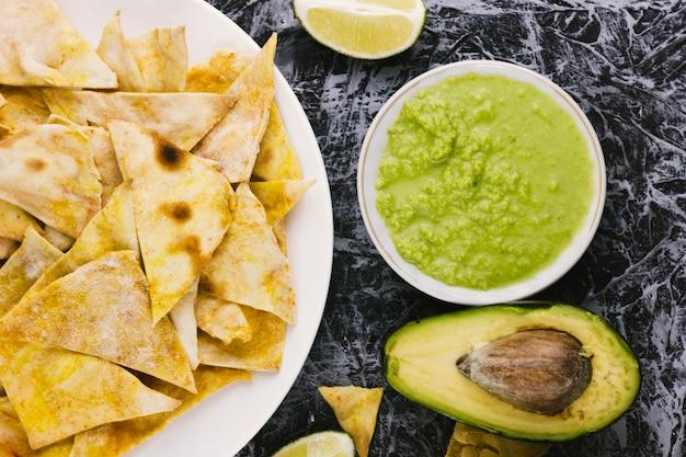 Nachos met gesneden avocado bovenaanzicht
