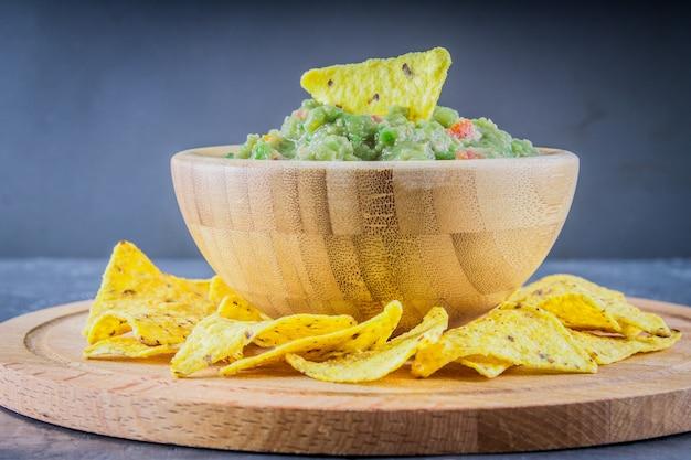 Nachos met guacamole op een grijze achtergrond