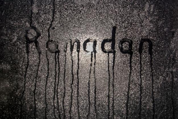 Nacht beslagen raam met inscriptie ramadan.
