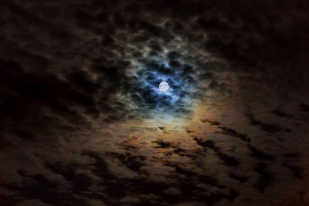 Nacht bewolkte hemel met maan