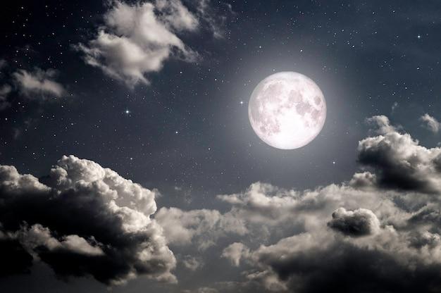 Nacht donkere hemel met sterren maan en maanlicht