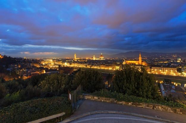 Nacht florence city bovenaanzicht italië, toscane aan de rivier de arno.