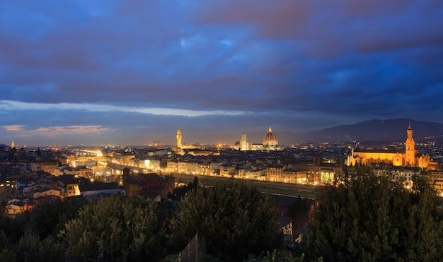 Nacht florence stad bovenaanzicht italië, toscane op de rivier de arno.