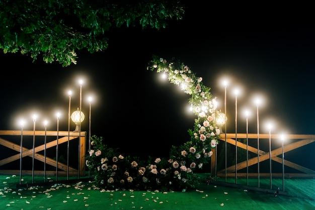 Nacht huwelijksceremonie met veel lichten, kaarsen, lantaarns