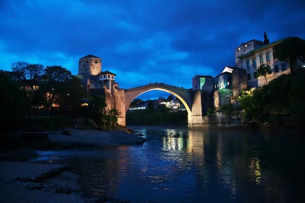 Nacht in oude stad mostar, bosnië en herzegovina