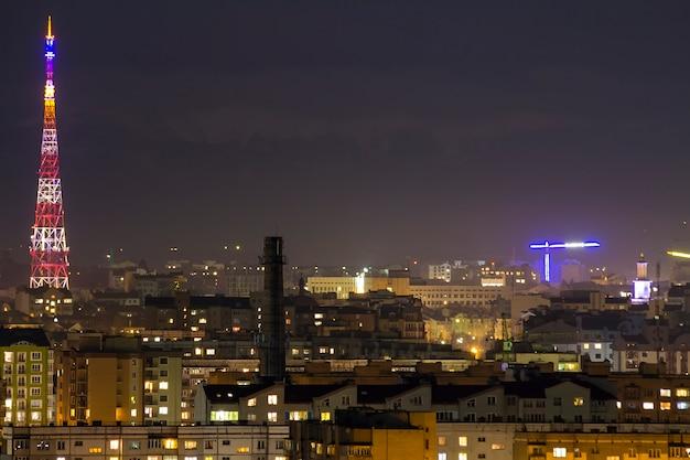 Nacht luchtfoto van de stad ivano-frankivsk, oekraïne.