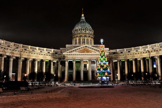 Nacht nieuwe jaar uitzicht op de kazan kathedraal in st. petersburg, rusland
