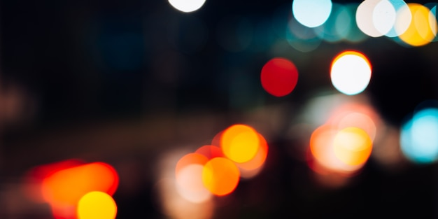 Nacht stadslichten defocus, wazig abstracte achtergrond, lantaarns en auto's verkeer, bokeh effect