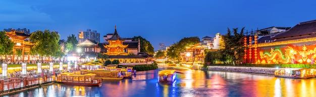 Nacht uitzicht op de oude architecturale rivier in nanjing