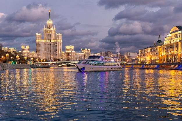 Nacht uitzicht op de rivier moskva en een toeristische boot cruisen