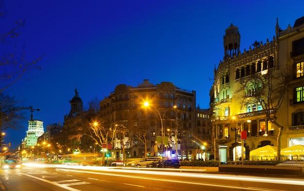Nacht uitzicht op paseo de gracia in barcelona