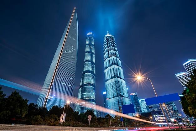 Nacht uitzicht op stedelijke straat en modern gebouw in het financiële district lujiazui, shanghai