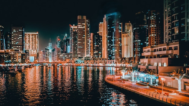 Nacht uitzicht van dubai. prachtig uitzicht op de moderne zakenwijk van dubai.