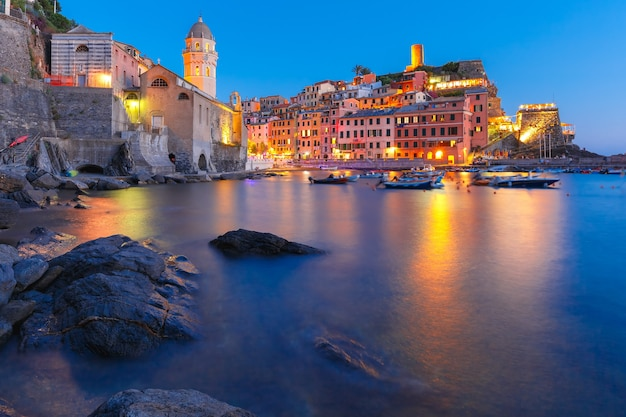 Nacht vissersdorp vernazza met santa margherita di antiochia kerk en uitkijktoren van doria castle, five lands, cinque terre national park, ligurië, italië.