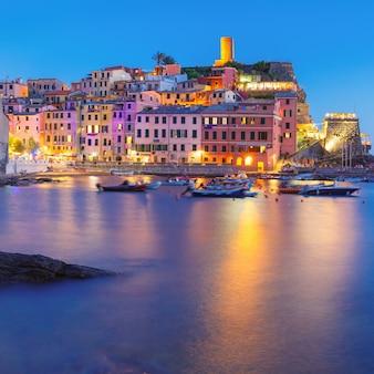 Nacht vissersdorp vernazza met uitkijktoren van doria castle om het dorp te beschermen tegen piraten, vijf landen, nationaal park cinque terre, ligurië, italië.