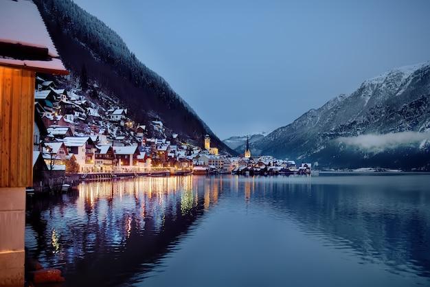 Nacht winter schilderachtig uitzicht op het dorp hallstatt in de oostenrijkse alpen