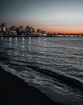 Nachtbeeld van enkele gebouwen in een kuststad