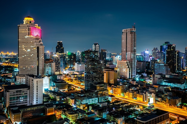 Nachtcityscape en hoogbouw in het stadscentrum van de metropool