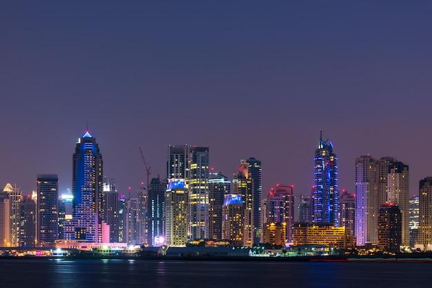 Nachtcityscape van de stad van doubai, de vae