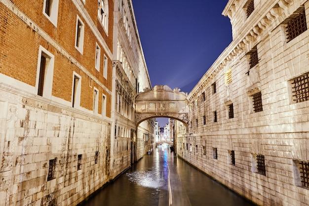 Nachtcityscape van de stads kleurrijke gebouwen van venetië op water