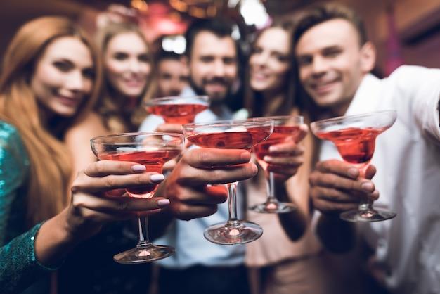 Nachtclub feestmaal cocktails drinken