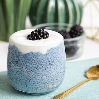 Nachtelijke blauwe spirulina of blauwe matcha poeder chiazaadpudding met yoghurt en verse bramen